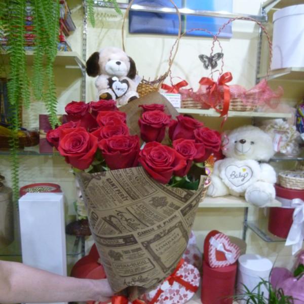 13 роз в крафт бумаге