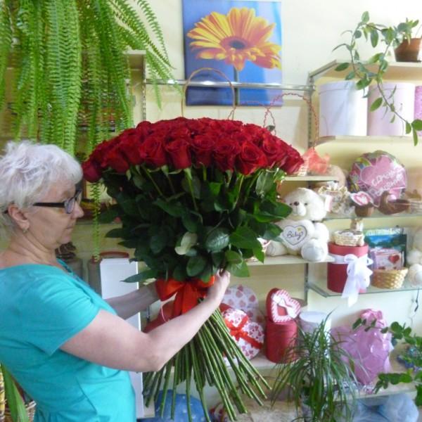 101 бордовая роза.
