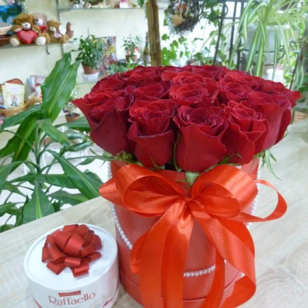 25 роз в коробке + конфеты