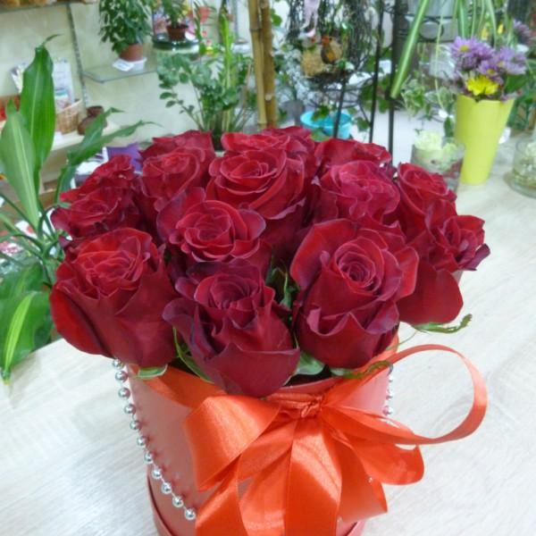 15 роз в круглой коробке