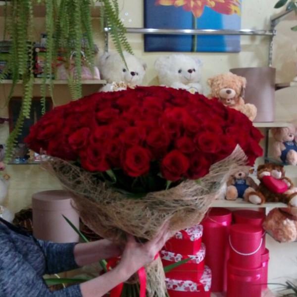101 роза в упаковке сизаль